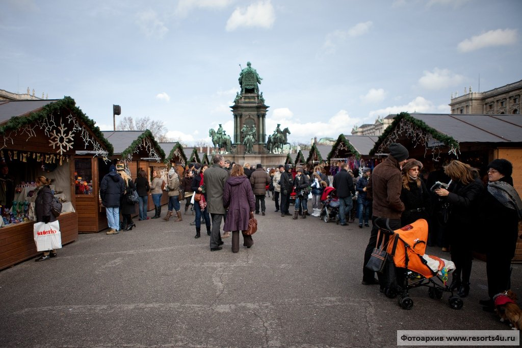 Рождественская деревня на площади Марии-Терезии