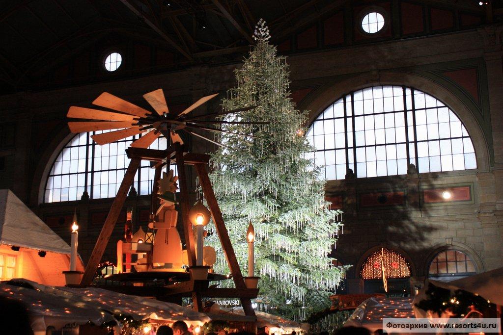 Рождественская елка в центре ярмарки