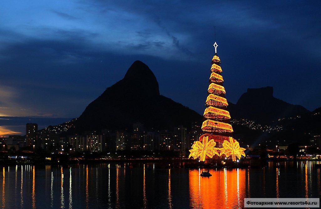 Самая большая плавучая новогодняя елка в мире